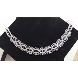 Ročno klekljana ogrlica - srebrna z modrimi kristali.