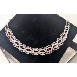 Ročno klekljana ogrlica - srebrna z rdečimi kristali.