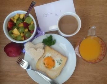 Presenetite jo s popolnim zajtrkom v postelji